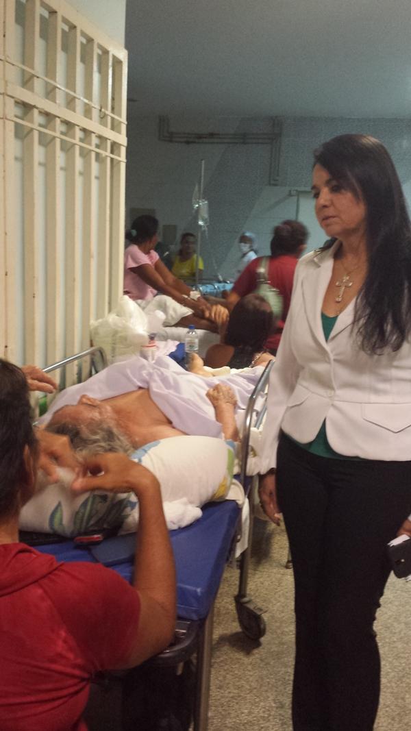 Teresa Britto em visita ao HUT, numa de suas várias visitas a hospitais na capital