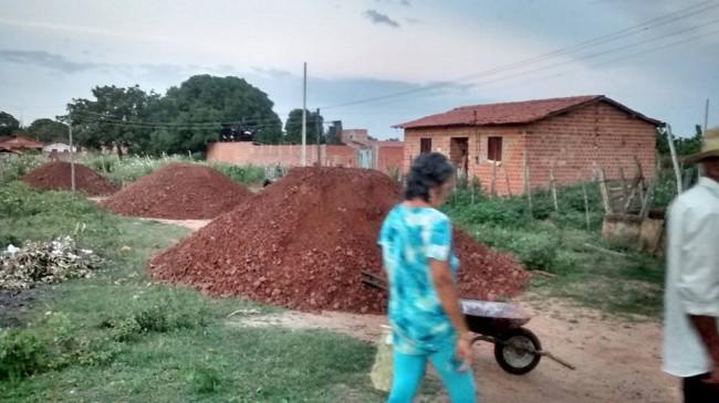 Moradores compram piçarra para manutenção da rua Pacajus no Bairro Santo Antonio