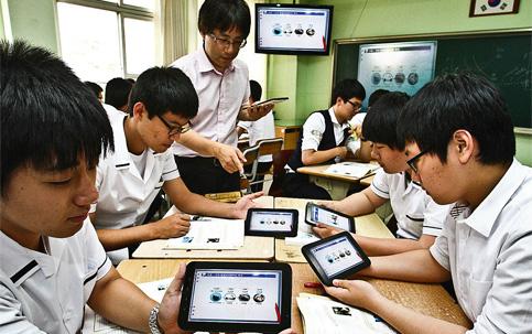 Estudantes sul-coreanos na sala de aula com seus tablets: investimento de US$ 2 bilhões