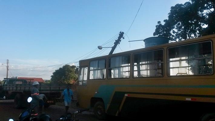 ônibus estava sendo rebocado por um caminhão