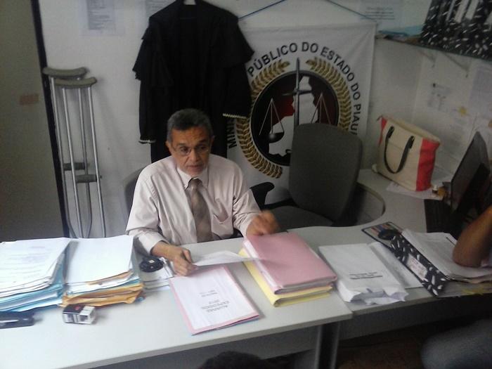 Promotor de Justiça Flavio Teixeira, recebendo alguns concursados preocupados sobre a nomeação
