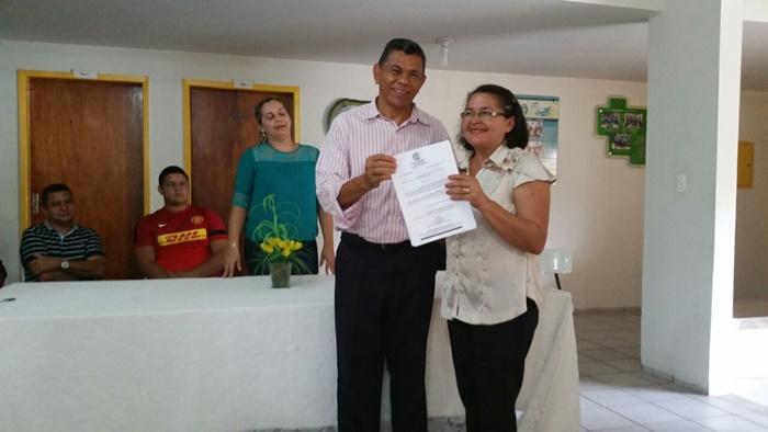 Professora Alzemir Sales recebendo sua portaria das mãos do dep. João de Deus