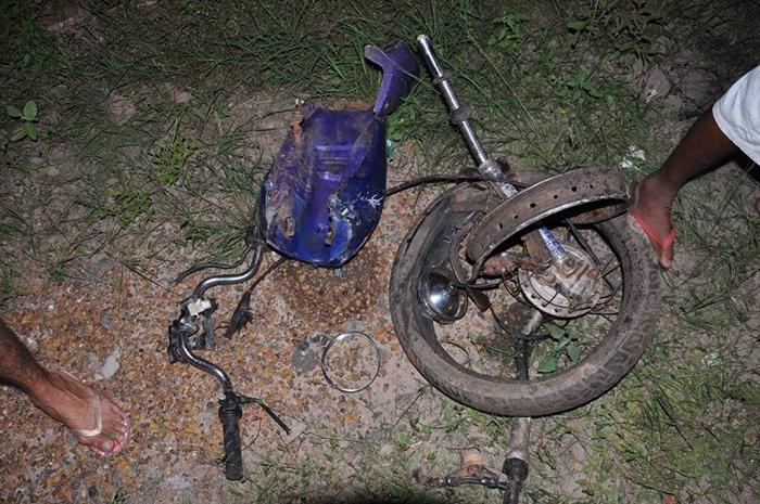 Os dois jovens tiveram morte imediata, no local do acidente    (Foto: Jorge Luis)