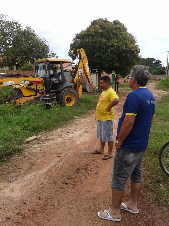 Secretário de infraestrutura e chefe da limpeza acompanham os serviços