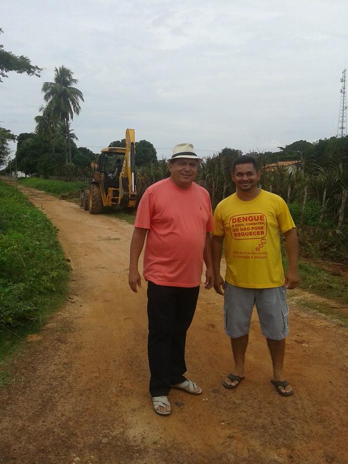 Prefeito Josiel e sec. de infraestrutura, Carlos Augusto, no trecho da Rua Mariano da Costa que vai receber um poste de iluminação pública