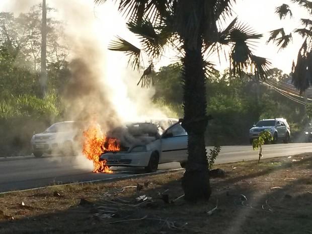 Carro pegou fogo na Ladeira do Uruguai em Teresina (Foto: Dalyne Barbosa)