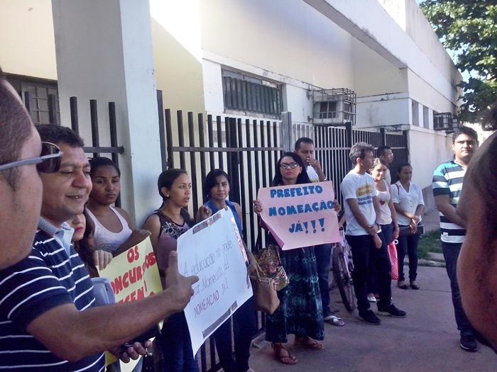 Concursados levaram cartazes ´prefeitura pedindo a nomeação imediata