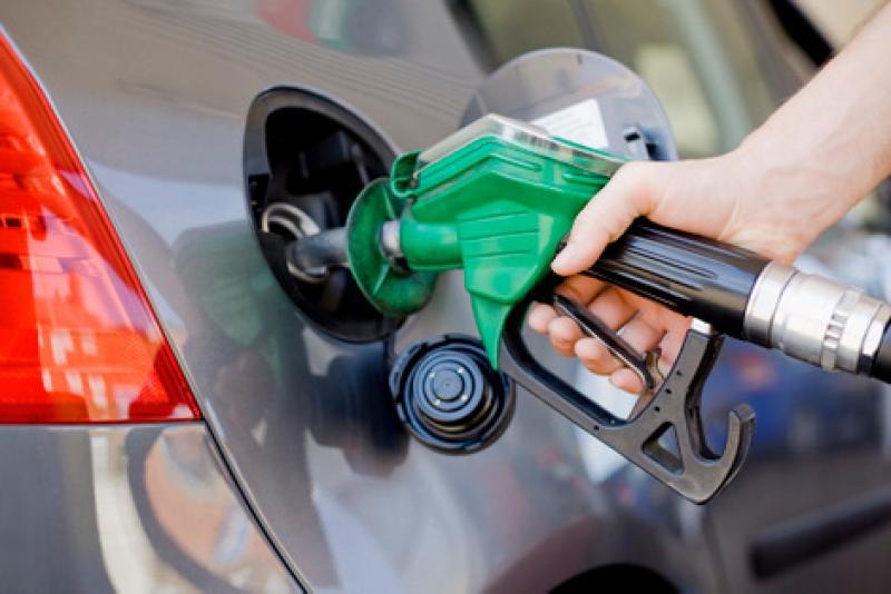 Com alta autorizada de 6% nas refinarias, gasolina deve subir 4% a 4,5% na bomba, diz economista