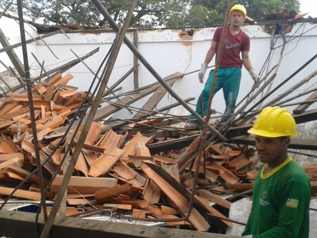 Teto de Escola Francisco Prado desabou em Teresina (Foto: Gilcilene Araújo/G1 )