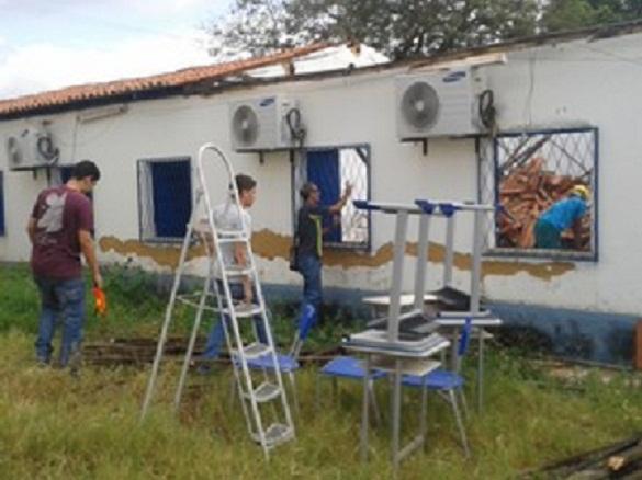 Engenheiro da Semec fez vistoria na escola nesta quinta-feira (3) (Foto: Gilcilene Araújo/G1)