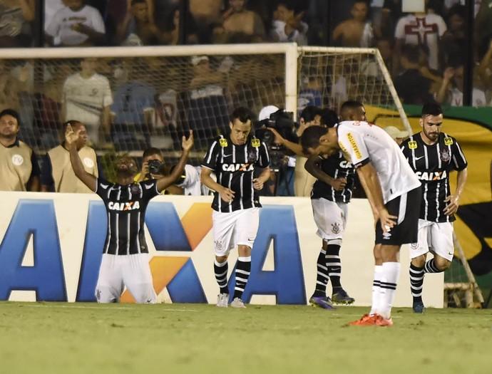Vagner Love comemora ajoelhado gol que garantiu o empate ao Timão; título já estava na mão (Foto: André Durão/G1)