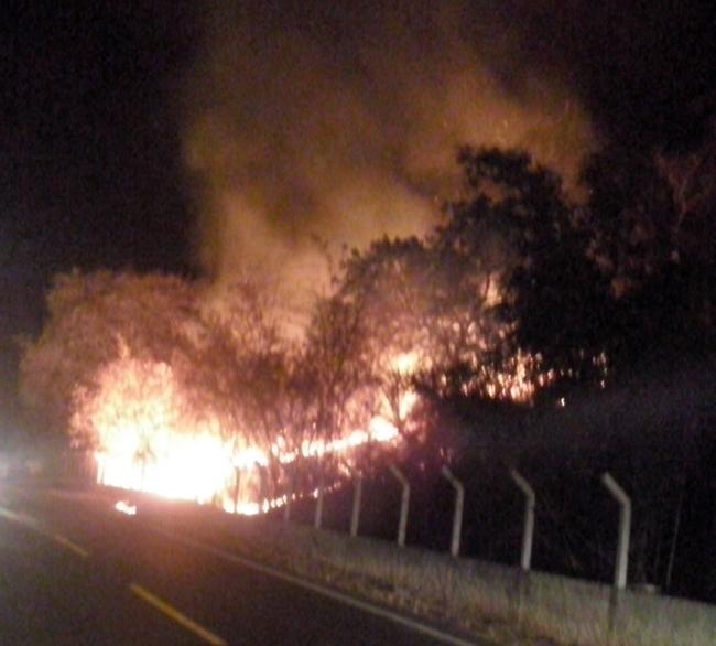 Fogo se alastra no Morro do Cristo (1º de dezembro), mas é contido pela GM e populares