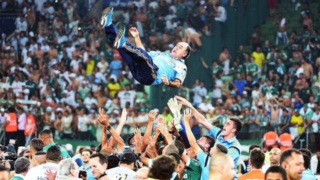 Time eufórico joga o técnico Marcelo Oliveira para o alto (foto: G1)