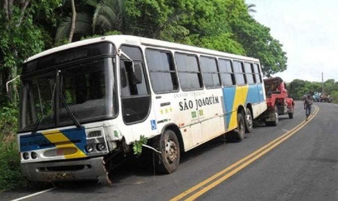 ônibus da São Joaquim quebrado sendo rebocado para a garagem da empresa