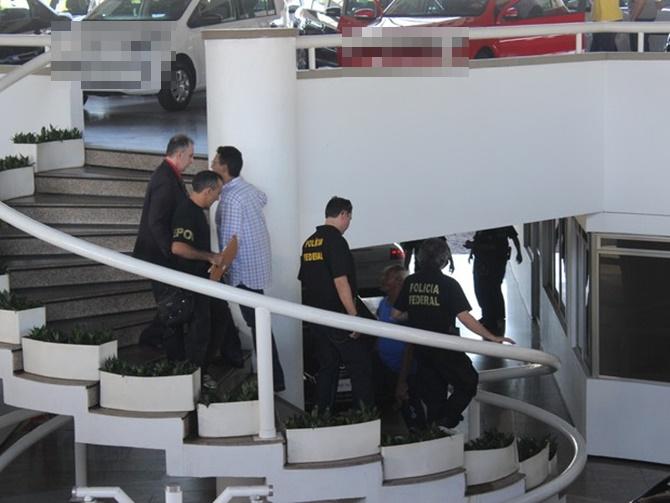Agentes da PF recolhem documentos durante operação em Teresina (Foto: Juliana Barros/ G1)