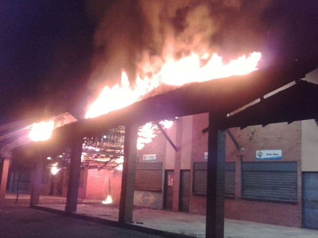 Fogo atingiu cobertura de restaurantes na Curva São Paulo (Foto: Divulga/PM)