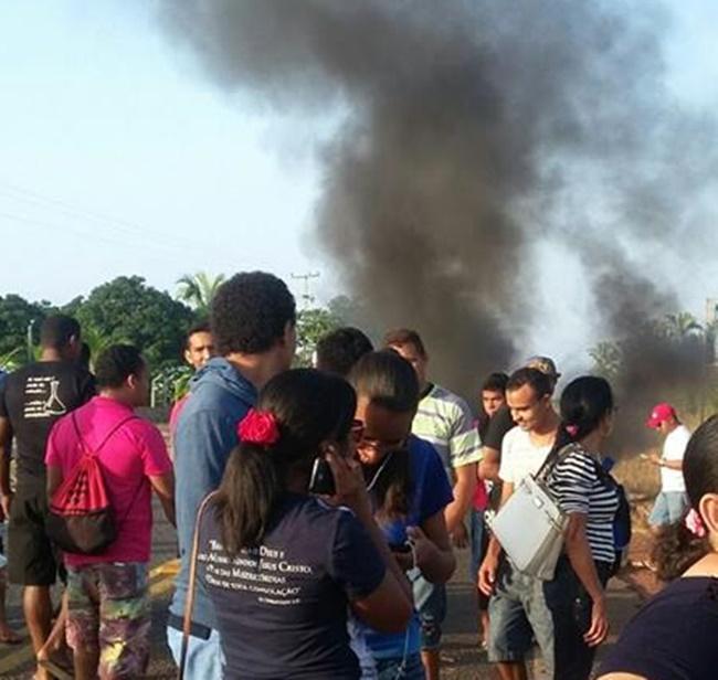 Passageiros ateiam fogo em pneus e interditam a PI-113 em José de Freitas