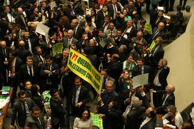 Deputados aliados do presidente Michel Temer fizeram intensa movimentação para a aprovação  que limita o aumento das despesas (Foto: Estadão