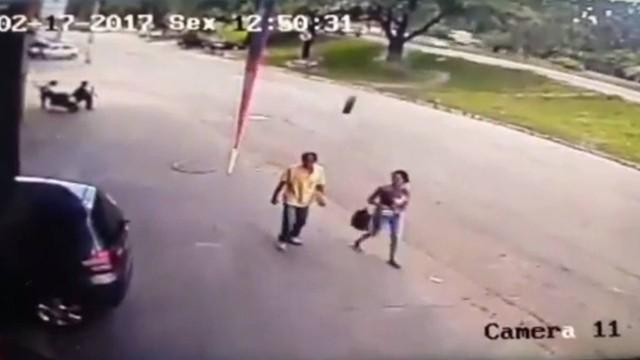 Homem é atingido por roda de carro e sobrevive, em Minas Gerais; vídeo