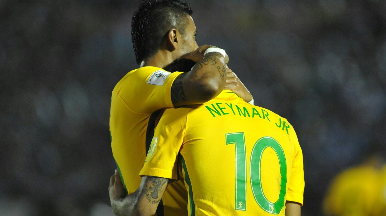 Com três de Paulinho e um de Neymar, o Brasil goleia o Uruguai no Estádio Centenário