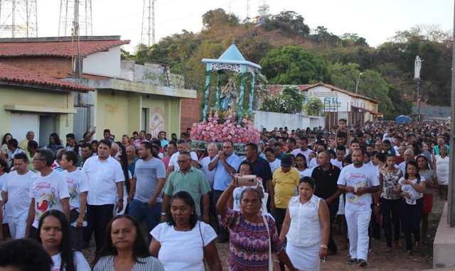 Fiéis lotam ruas de José de Freitas durante encerramento dos festejos de Nossa Sra. do Livramento